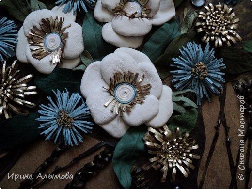Картина из натуральной кожи, фон с элементами макраме. Декорирована стеклянными каплями и акриловыми цветами. Серединки белых цветов присыпаны полупрозрачными голубыми блестками фото 2