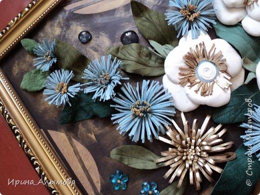 Картина из натуральной кожи, фон с элементами макраме. Декорирована стеклянными каплями и акриловыми цветами. Серединки белых цветов присыпаны полупрозрачными голубыми блестками фото 5
