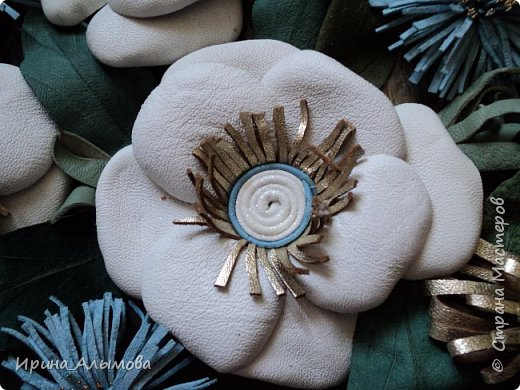 Картина из натуральной кожи, фон с элементами макраме. Декорирована стеклянными каплями и акриловыми цветами. Серединки белых цветов присыпаны полупрозрачными голубыми блестками фото 4