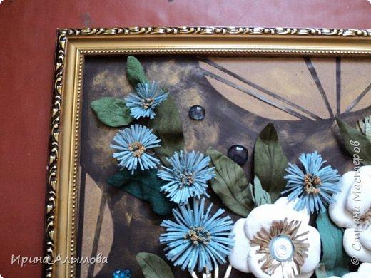 Картина из натуральной кожи, фон с элементами макраме. Декорирована стеклянными каплями и акриловыми цветами. Серединки белых цветов присыпаны полупрозрачными голубыми блестками фото 3