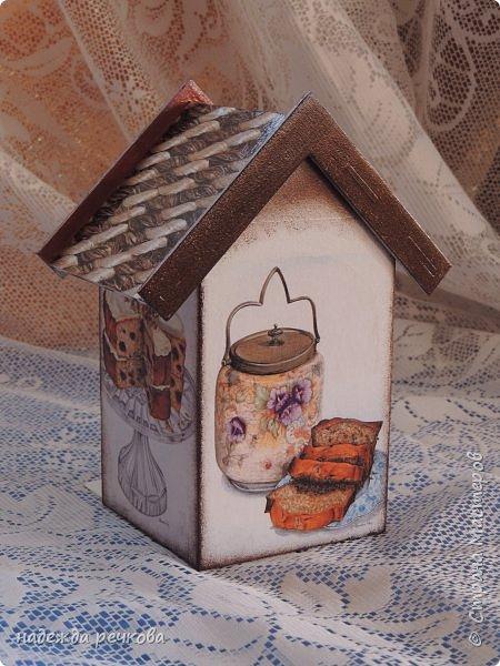 Добрый вечер мастера, мастерицы и гости СМ! Приглашаю на чаепитие! Комплект выполнен в технике декупаж. Чайный домик, конфетница,салфетница, подставки под чашки и досочка.Заготовки из фанеры 6мм и 3мм. В работе использовалась акриловая грунтовка, краска, лак и финишный лак, а так же распечатка и водная морилка.    фото 8