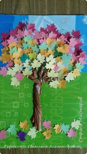 """В этом году очень теплая осень ,и листья не торопятся желтеть . Мы с ребятами 3""""А """" класса  украсили  деревья разноцветными листочками .Получилась осенняя аллея  из кленов. фото 1"""