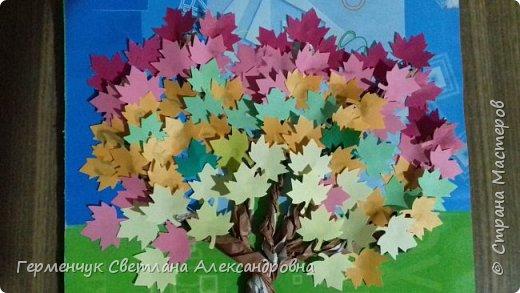 """В этом году очень теплая осень ,и листья не торопятся желтеть . Мы с ребятами 3""""А """" класса  украсили  деревья разноцветными листочками .Получилась осенняя аллея  из кленов. фото 26"""