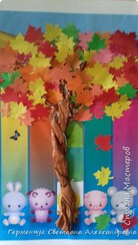 """В этом году очень теплая осень ,и листья не торопятся желтеть . Мы с ребятами 3""""А """" класса  украсили  деревья разноцветными листочками .Получилась осенняя аллея  из кленов. фото 7"""