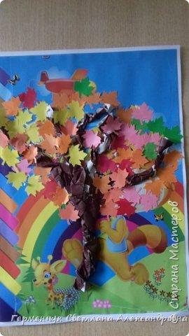 """В этом году очень теплая осень ,и листья не торопятся желтеть . Мы с ребятами 3""""А """" класса  украсили  деревья разноцветными листочками .Получилась осенняя аллея  из кленов. фото 8"""