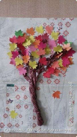 """В этом году очень теплая осень ,и листья не торопятся желтеть . Мы с ребятами 3""""А """" класса  украсили  деревья разноцветными листочками .Получилась осенняя аллея  из кленов. фото 9"""