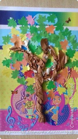 """В этом году очень теплая осень ,и листья не торопятся желтеть . Мы с ребятами 3""""А """" класса  украсили  деревья разноцветными листочками .Получилась осенняя аллея  из кленов. фото 10"""
