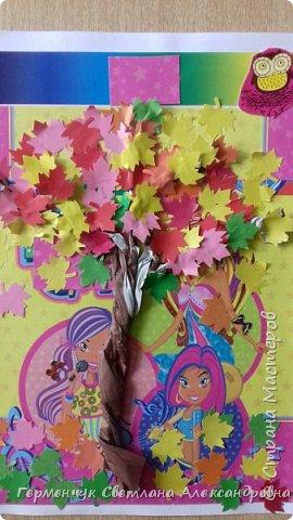 """В этом году очень теплая осень ,и листья не торопятся желтеть . Мы с ребятами 3""""А """" класса  украсили  деревья разноцветными листочками .Получилась осенняя аллея  из кленов. фото 23"""