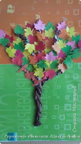 """В этом году очень теплая осень ,и листья не торопятся желтеть . Мы с ребятами 3""""А """" класса  украсили  деревья разноцветными листочками .Получилась осенняя аллея  из кленов. фото 20"""