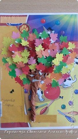 """В этом году очень теплая осень ,и листья не торопятся желтеть . Мы с ребятами 3""""А """" класса  украсили  деревья разноцветными листочками .Получилась осенняя аллея  из кленов. фото 18"""