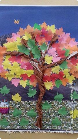 """В этом году очень теплая осень ,и листья не торопятся желтеть . Мы с ребятами 3""""А """" класса  украсили  деревья разноцветными листочками .Получилась осенняя аллея  из кленов. фото 17"""