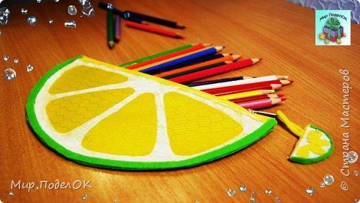 В этом видео мы своими руками сделаем простой пенал-косметичку в виде дольки лимона. Его можно использовать для школьной канцелярии или как косметичку для любимой косметики.<br /> Нам понадобится:<br /> - дешевый пенал на молнии,<br /> - фетр,<br /> - клеевой пистолет,<br /> - белый лак для ногтей,<br /> - двухсторонний скотч,<br /> - губка для мытья посуды.