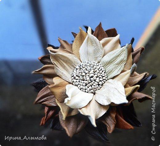 Середина цветка вышита бисером и черным хрусталем. фото 3