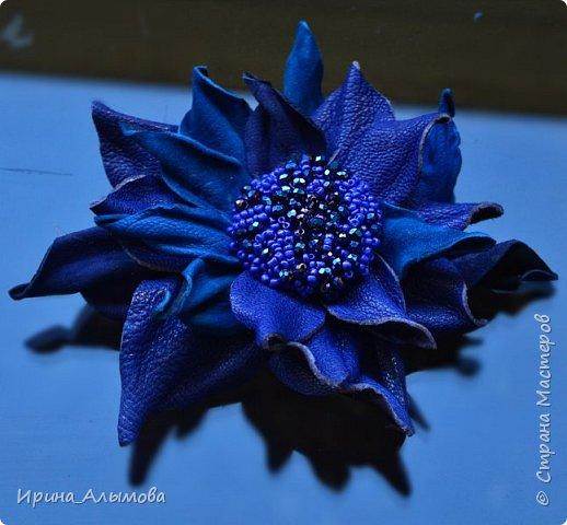 Середина цветка вышита бисером и черным хрусталем. фото 1
