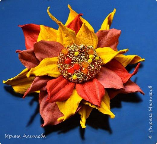 Середина цветка вышита бисером и черным хрусталем. фото 2