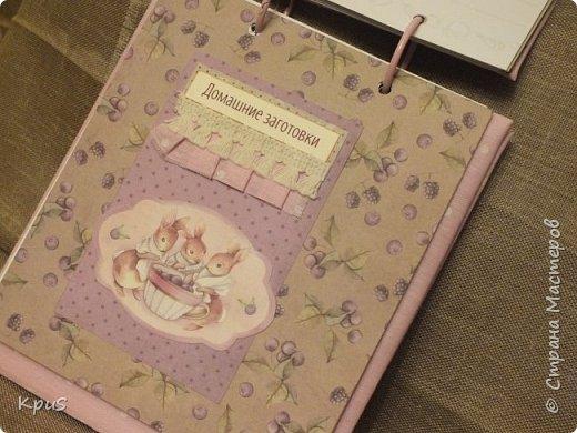 И снова здравствуйте. Спешу показать кулинарные книги, сделанные в подарок родственникам на Новый год. Да, да. Именно так рано я решила озаботиться подарками. Пока есть время и запал. В основе переплетный картон, синтепон и ткань. Для оформления разделителей использовала скрап бумагу. Кроме того кружево, чипборд и машинную строчку. Но это вы увидите ниже.  фото 7