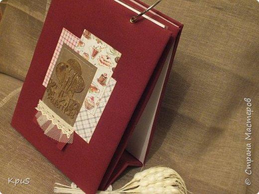 И снова здравствуйте. Спешу показать кулинарные книги, сделанные в подарок родственникам на Новый год. Да, да. Именно так рано я решила озаботиться подарками. Пока есть время и запал. В основе переплетный картон, синтепон и ткань. Для оформления разделителей использовала скрап бумагу. Кроме того кружево, чипборд и машинную строчку. Но это вы увидите ниже.  фото 9