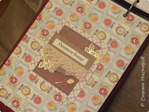 И снова здравствуйте. Спешу показать кулинарные книги, сделанные в подарок родственникам на Новый год. Да, да. Именно так рано я решила озаботиться подарками. Пока есть время и запал. В основе переплетный картон, синтепон и ткань. Для оформления разделителей использовала скрап бумагу. Кроме того кружево, чипборд и машинную строчку. Но это вы увидите ниже.  фото 13