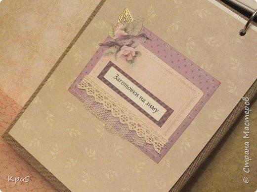 И снова здравствуйте. Спешу показать кулинарные книги, сделанные в подарок родственникам на Новый год. Да, да. Именно так рано я решила озаботиться подарками. Пока есть время и запал. В основе переплетный картон, синтепон и ткань. Для оформления разделителей использовала скрап бумагу. Кроме того кружево, чипборд и машинную строчку. Но это вы увидите ниже.  фото 21