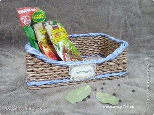 Плетеная корзинка для специй и пряных трав очень удобная и нужная вещица на кухне. Прочная, легкая, удобная и довольно вместительная корзинка для кухни поможет держать в порядке пакетики со специями и пряными травами. фото 10
