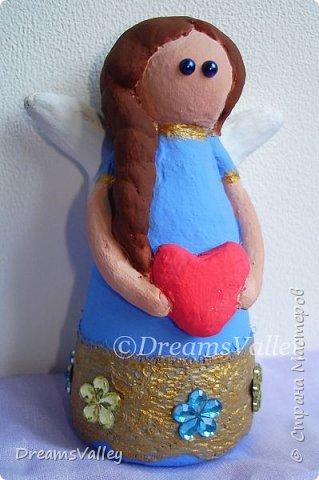 Вторая моя фигурка из самозастывающей полимерной глины. Сегодня выделила время для ее росписи. Ох, и тяжело расписывать такую мелочь. Огрехов в покраске много. Увидела когда сделала фото. Даже глазом столько не увидела ;) Но я все равно уже люблю этого ангелочка! фото 2