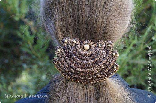 """Заколка для волос из сосновой иглы и буковых бусин. Ширина 11 см., высота 7,5 см. Средний """"автоматик"""" 7,5 см. фото 1"""