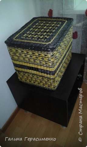 """Здравствуйте все, кто зашел ко мне в гости! Ну вот мой первый долгожданный короб, размеры 30х40х35. Темный цвет - орех, светлый - лиственница. Газетная бумага 10 см, спица 1,8. Попросила меня сношенька сделать коробку для ее клубочков. За форму я взяла коробку от сапог, размерчик показался нормальным. С донышком справилась быстро, подняла стойки и с энтузиазмом кинулась вперед!!! Плелось все спонтанно, без запланированного рисунка. На донышко пустила темные трубочки, стенки решила """"разбавить"""" светлым рисунком. Сплела нижнюю часть как раз на высоту сапожной коробки, показалось низковато, решила пару полосок однотонных проплести.  Смотрю - моя коробочка уже КОРОБКА!! Тут бы и остановиться!! Но нет.. Энтузиазм оказался неудержимым ))))..Захотелось симметрии, решила верхнюю часть сделать идентичной низу. И вот тут моя коробка стала превращаться в КОРОБ!! А мой энтузиазм - в панику Что это такое огромное я сотворила!!! фото 10"""