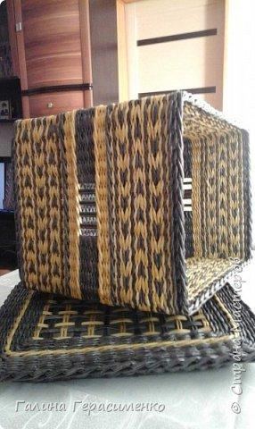 """Здравствуйте все, кто зашел ко мне в гости! Ну вот мой первый долгожданный короб, размеры 30х40х35. Темный цвет - орех, светлый - лиственница. Газетная бумага 10 см, спица 1,8. Попросила меня сношенька сделать коробку для ее клубочков. За форму я взяла коробку от сапог, размерчик показался нормальным. С донышком справилась быстро, подняла стойки и с энтузиазмом кинулась вперед!!! Плелось все спонтанно, без запланированного рисунка. На донышко пустила темные трубочки, стенки решила """"разбавить"""" светлым рисунком. Сплела нижнюю часть как раз на высоту сапожной коробки, показалось низковато, решила пару полосок однотонных проплести.  Смотрю - моя коробочка уже КОРОБКА!! Тут бы и остановиться!! Но нет.. Энтузиазм оказался неудержимым ))))..Захотелось симметрии, решила верхнюю часть сделать идентичной низу. И вот тут моя коробка стала превращаться в КОРОБ!! А мой энтузиазм - в панику Что это такое огромное я сотворила!!! фото 2"""