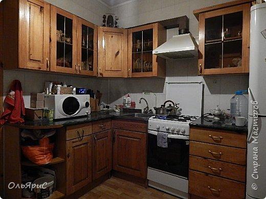 При переезде на новое место жительства в наследство достался кухонный гарнитур. Делали его явно на заказ, идеально вписан в размеры помещения, фасады - дерево, покрытое лаком. фото 1