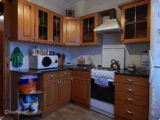 При переезде на новое место жительства в наследство достался кухонный гарнитур. Делали его явно на заказ, идеально вписан в размеры помещения, фасады - дерево, покрытое лаком. фото 9