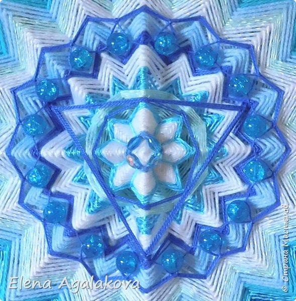 Продолжаю плести мандалы-чакры. Пятая, горловая чакра-мандала — Вишудха моего любимого голубого цвета!  Она находится посередине шеи в области горла. Цвета: синий, голубой, бирюзовый. Символически изображается в виде лотоса с 16-ю лепестками внутри которого круг с вписанным в него треугольником.  фото 4
