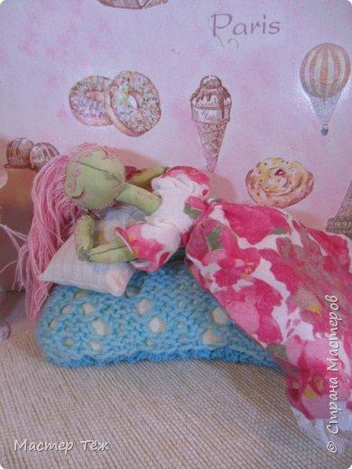Сегодня я расскажу вам об этой очаровательной девочке, текстильной кукле http://stranamasterov.ru/node/1110906 Феи, они знаете ли такие — им платья подавай, мягкие подушки, и вкусную еду! Мне ещё повезло, что Розовый Ирис оказалась не самой капризной — тихонько ждала, когда я всё закончу. Но думаю дело тут в том, что она боооольшой любитель поспать. Ну, сами поглядите: фото 4