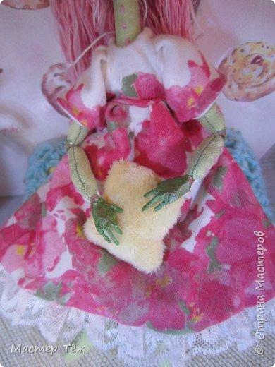 Сегодня я расскажу вам об этой очаровательной девочке, текстильной кукле http://stranamasterov.ru/node/1110906 Феи, они знаете ли такие — им платья подавай, мягкие подушки, и вкусную еду! Мне ещё повезло, что Розовый Ирис оказалась не самой капризной — тихонько ждала, когда я всё закончу. Но думаю дело тут в том, что она боооольшой любитель поспать. Ну, сами поглядите: фото 5