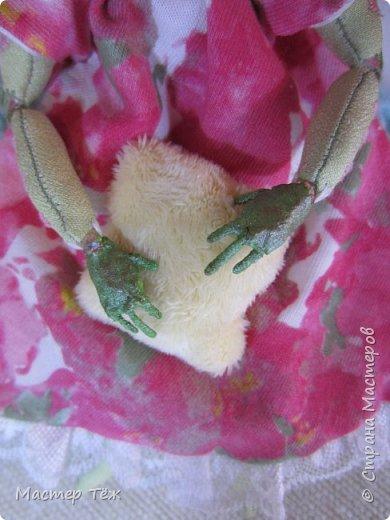Сегодня я расскажу вам об этой очаровательной девочке, текстильной кукле http://stranamasterov.ru/node/1110906 Феи, они знаете ли такие — им платья подавай, мягкие подушки, и вкусную еду! Мне ещё повезло, что Розовый Ирис оказалась не самой капризной — тихонько ждала, когда я всё закончу. Но думаю дело тут в том, что она боооольшой любитель поспать. Ну, сами поглядите: фото 6