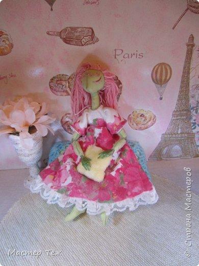 Сегодня я расскажу вам об этой очаровательной девочке, текстильной кукле https://stranamasterov.ru/node/1110906 Феи, они знаете ли такие — им платья подавай, мягкие подушки, и вкусную еду! Мне ещё повезло, что Розовый Ирис оказалась не самой капризной — тихонько ждала, когда я всё закончу. Но думаю дело тут в том, что она боооольшой любитель поспать. Ну, сами поглядите: фото 7