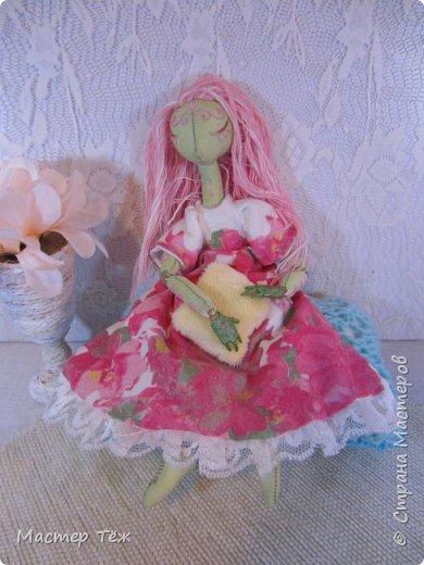 Сегодня я расскажу вам об этой очаровательной девочке, текстильной кукле http://stranamasterov.ru/node/1110906 Феи, они знаете ли такие — им платья подавай, мягкие подушки, и вкусную еду! Мне ещё повезло, что Розовый Ирис оказалась не самой капризной — тихонько ждала, когда я всё закончу. Но думаю дело тут в том, что она боооольшой любитель поспать. Ну, сами поглядите: фото 8