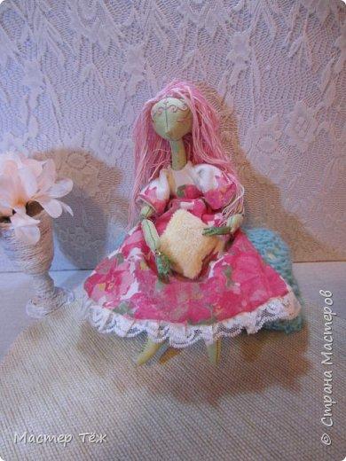 Сегодня я расскажу вам об этой очаровательной девочке, текстильной кукле https://stranamasterov.ru/node/1110906 Феи, они знаете ли такие — им платья подавай, мягкие подушки, и вкусную еду! Мне ещё повезло, что Розовый Ирис оказалась не самой капризной — тихонько ждала, когда я всё закончу. Но думаю дело тут в том, что она боооольшой любитель поспать. Ну, сами поглядите: фото 9