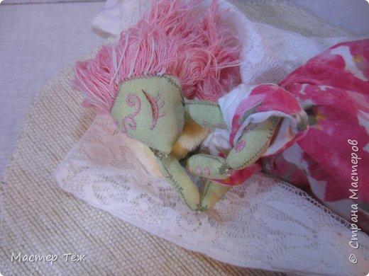 Сегодня я расскажу вам об этой очаровательной девочке, текстильной кукле https://stranamasterov.ru/node/1110906 Феи, они знаете ли такие — им платья подавай, мягкие подушки, и вкусную еду! Мне ещё повезло, что Розовый Ирис оказалась не самой капризной — тихонько ждала, когда я всё закончу. Но думаю дело тут в том, что она боооольшой любитель поспать. Ну, сами поглядите: фото 10