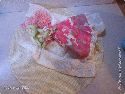 Сегодня я расскажу вам об этой очаровательной девочке, текстильной кукле http://stranamasterov.ru/node/1110906 Феи, они знаете ли такие — им платья подавай, мягкие подушки, и вкусную еду! Мне ещё повезло, что Розовый Ирис оказалась не самой капризной — тихонько ждала, когда я всё закончу. Но думаю дело тут в том, что она боооольшой любитель поспать. Ну, сами поглядите: фото 11