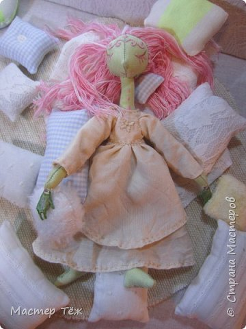 Сегодня я расскажу вам об этой очаровательной девочке, текстильной кукле http://stranamasterov.ru/node/1110906 Феи, они знаете ли такие — им платья подавай, мягкие подушки, и вкусную еду! Мне ещё повезло, что Розовый Ирис оказалась не самой капризной — тихонько ждала, когда я всё закончу. Но думаю дело тут в том, что она боооольшой любитель поспать. Ну, сами поглядите: фото 12