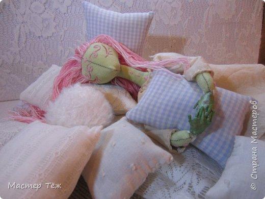 Сегодня я расскажу вам об этой очаровательной девочке, текстильной кукле http://stranamasterov.ru/node/1110906 Феи, они знаете ли такие — им платья подавай, мягкие подушки, и вкусную еду! Мне ещё повезло, что Розовый Ирис оказалась не самой капризной — тихонько ждала, когда я всё закончу. Но думаю дело тут в том, что она боооольшой любитель поспать. Ну, сами поглядите: фото 14