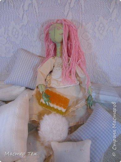 Сегодня я расскажу вам об этой очаровательной девочке, текстильной кукле http://stranamasterov.ru/node/1110906 Феи, они знаете ли такие — им платья подавай, мягкие подушки, и вкусную еду! Мне ещё повезло, что Розовый Ирис оказалась не самой капризной — тихонько ждала, когда я всё закончу. Но думаю дело тут в том, что она боооольшой любитель поспать. Ну, сами поглядите: фото 15