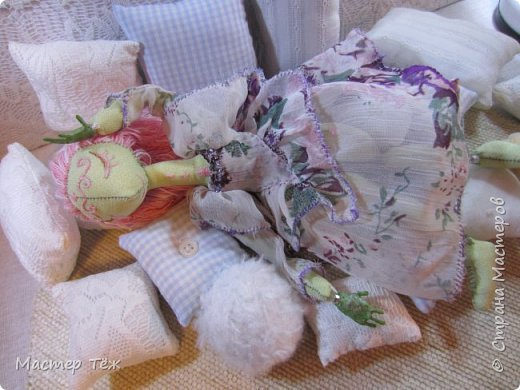 Сегодня я расскажу вам об этой очаровательной девочке, текстильной кукле http://stranamasterov.ru/node/1110906 Феи, они знаете ли такие — им платья подавай, мягкие подушки, и вкусную еду! Мне ещё повезло, что Розовый Ирис оказалась не самой капризной — тихонько ждала, когда я всё закончу. Но думаю дело тут в том, что она боооольшой любитель поспать. Ну, сами поглядите: фото 16