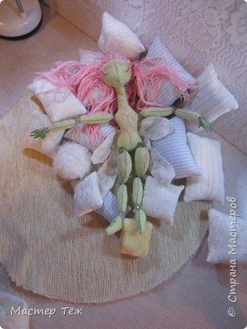 Сегодня я расскажу вам об этой очаровательной девочке, текстильной кукле http://stranamasterov.ru/node/1110906 Феи, они знаете ли такие — им платья подавай, мягкие подушки, и вкусную еду! Мне ещё повезло, что Розовый Ирис оказалась не самой капризной — тихонько ждала, когда я всё закончу. Но думаю дело тут в том, что она боооольшой любитель поспать. Ну, сами поглядите: фото 18