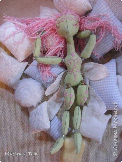 Сегодня я расскажу вам об этой очаровательной девочке, текстильной кукле http://stranamasterov.ru/node/1110906 Феи, они знаете ли такие — им платья подавай, мягкие подушки, и вкусную еду! Мне ещё повезло, что Розовый Ирис оказалась не самой капризной — тихонько ждала, когда я всё закончу. Но думаю дело тут в том, что она боооольшой любитель поспать. Ну, сами поглядите: фото 19