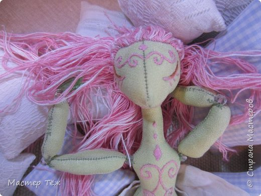 Сегодня я расскажу вам об этой очаровательной девочке, текстильной кукле http://stranamasterov.ru/node/1110906 Феи, они знаете ли такие — им платья подавай, мягкие подушки, и вкусную еду! Мне ещё повезло, что Розовый Ирис оказалась не самой капризной — тихонько ждала, когда я всё закончу. Но думаю дело тут в том, что она боооольшой любитель поспать. Ну, сами поглядите: фото 1