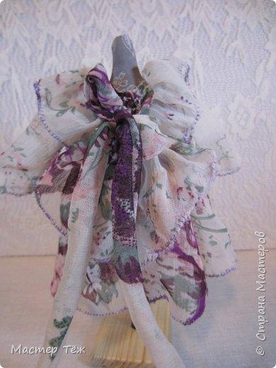 Сегодня я расскажу вам об этой очаровательной девочке, текстильной кукле http://stranamasterov.ru/node/1110906 Феи, они знаете ли такие — им платья подавай, мягкие подушки, и вкусную еду! Мне ещё повезло, что Розовый Ирис оказалась не самой капризной — тихонько ждала, когда я всё закончу. Но думаю дело тут в том, что она боооольшой любитель поспать. Ну, сами поглядите: фото 25