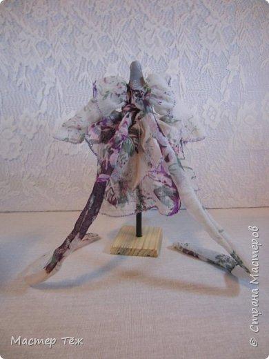 Сегодня я расскажу вам об этой очаровательной девочке, текстильной кукле http://stranamasterov.ru/node/1110906 Феи, они знаете ли такие — им платья подавай, мягкие подушки, и вкусную еду! Мне ещё повезло, что Розовый Ирис оказалась не самой капризной — тихонько ждала, когда я всё закончу. Но думаю дело тут в том, что она боооольшой любитель поспать. Ну, сами поглядите: фото 26