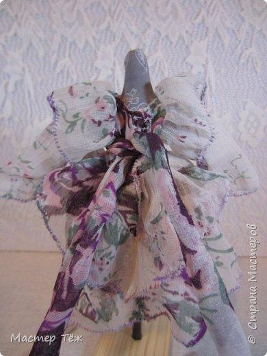 Сегодня я расскажу вам об этой очаровательной девочке, текстильной кукле http://stranamasterov.ru/node/1110906 Феи, они знаете ли такие — им платья подавай, мягкие подушки, и вкусную еду! Мне ещё повезло, что Розовый Ирис оказалась не самой капризной — тихонько ждала, когда я всё закончу. Но думаю дело тут в том, что она боооольшой любитель поспать. Ну, сами поглядите: фото 24