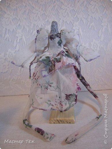 Сегодня я расскажу вам об этой очаровательной девочке, текстильной кукле http://stranamasterov.ru/node/1110906 Феи, они знаете ли такие — им платья подавай, мягкие подушки, и вкусную еду! Мне ещё повезло, что Розовый Ирис оказалась не самой капризной — тихонько ждала, когда я всё закончу. Но думаю дело тут в том, что она боооольшой любитель поспать. Ну, сами поглядите: фото 21